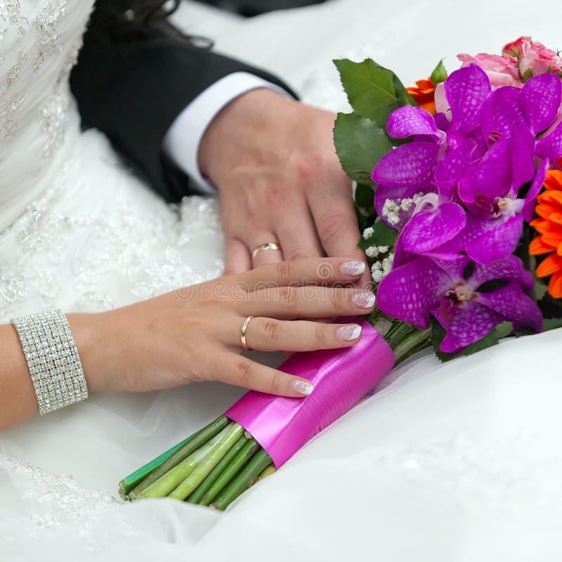 Groom обнимает невесту стоковая фотография rf
