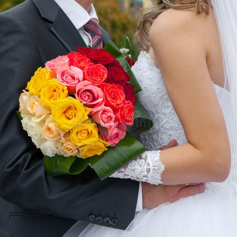 groom обнимает невесту стоковые изображения rf