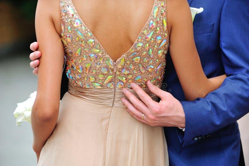 Groom обнимает руки невесты стоковые фотографии rf