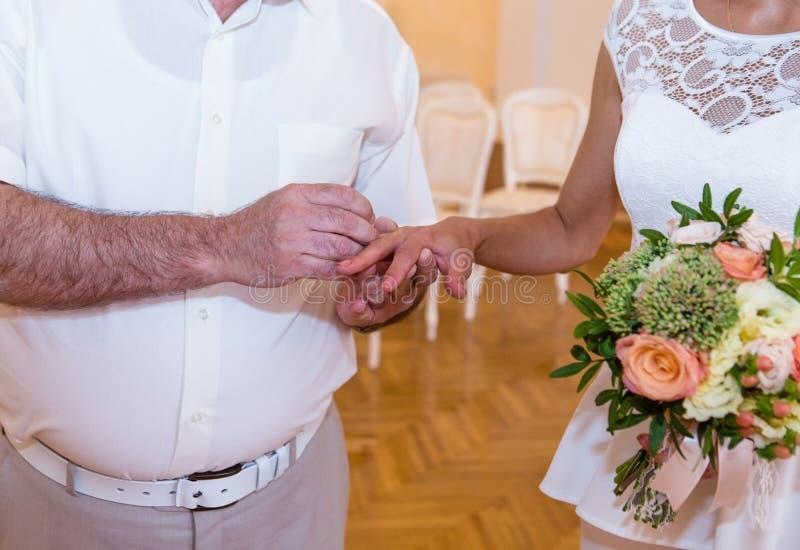 groom перста невест кладет кольцо стоковое изображение rf