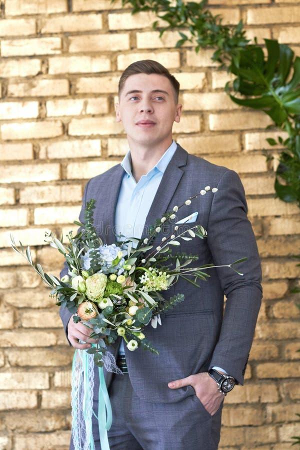 Groom подготавливая для свадьбы Будущий муж ждет его будущую жену Человек в костюме свадьбы представляет для фотографа стоковое фото