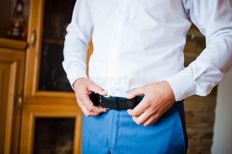 Groom получает одетым в официально носке стоковое фото rf