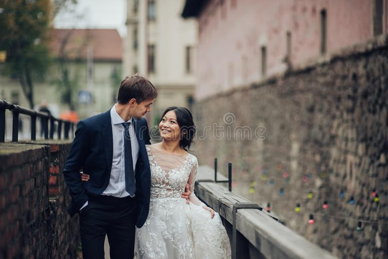 Groom при невеста представляя в дне свадьбы стоковое изображение rf