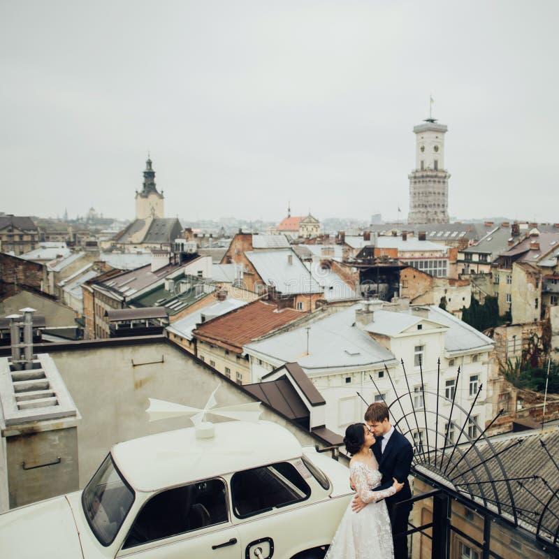 Groom с представлять невесты внешний в дне свадьбы стоковые фото