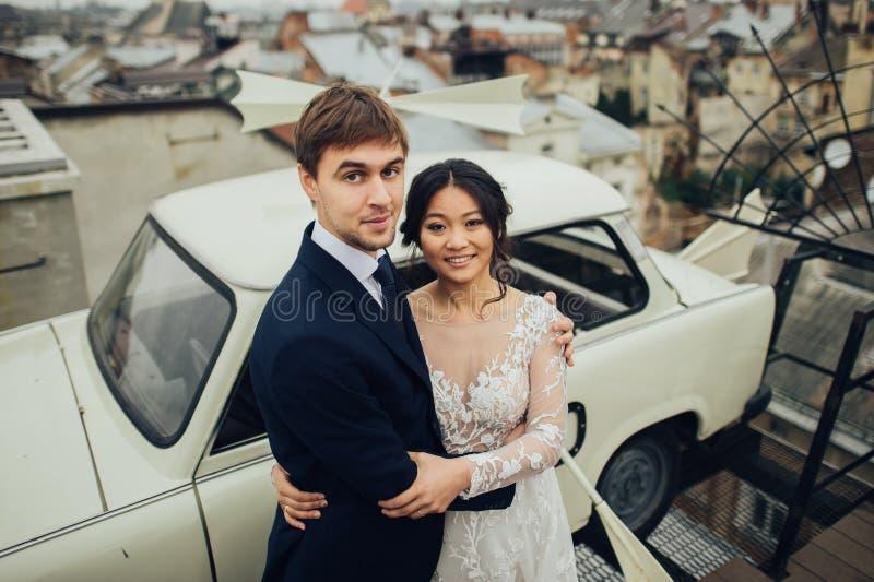 Groom с представлять невесты внешний в дне свадьбы стоковая фотография