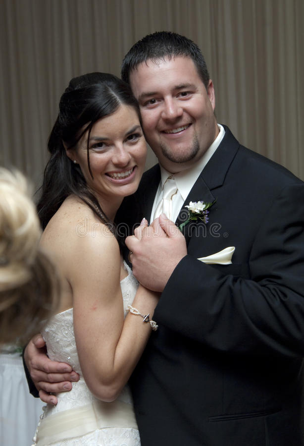 groom танцульки невесты стоковое фото