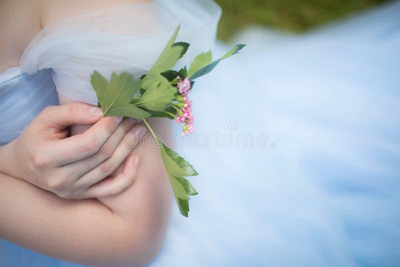 Groom удерживания букета свадьбы, элегантные цветки стоковая фотография rf