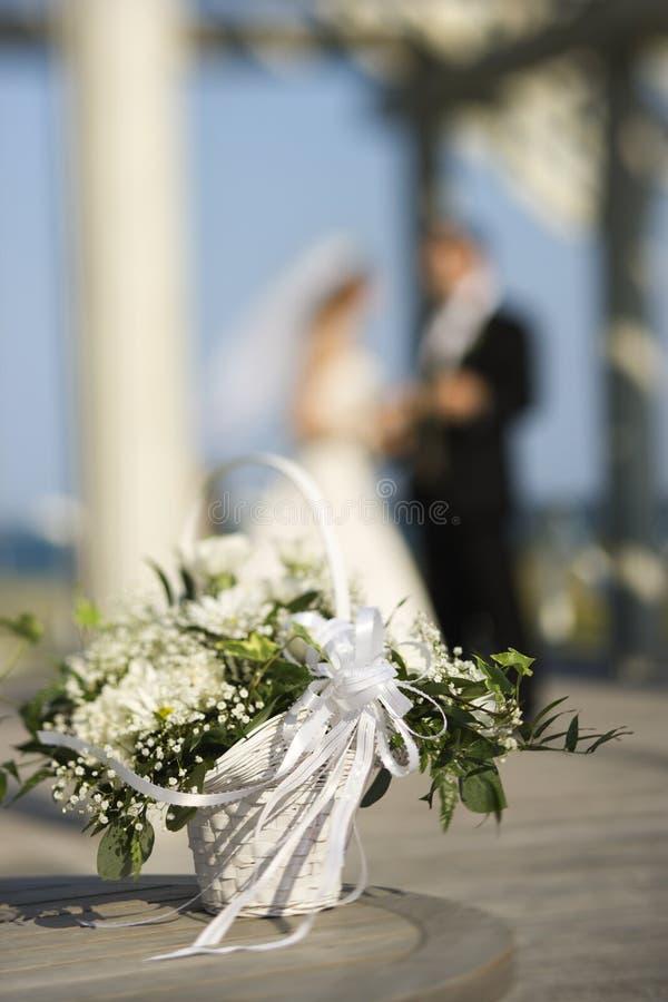 groom цветка невесты корзины стоковое фото rf