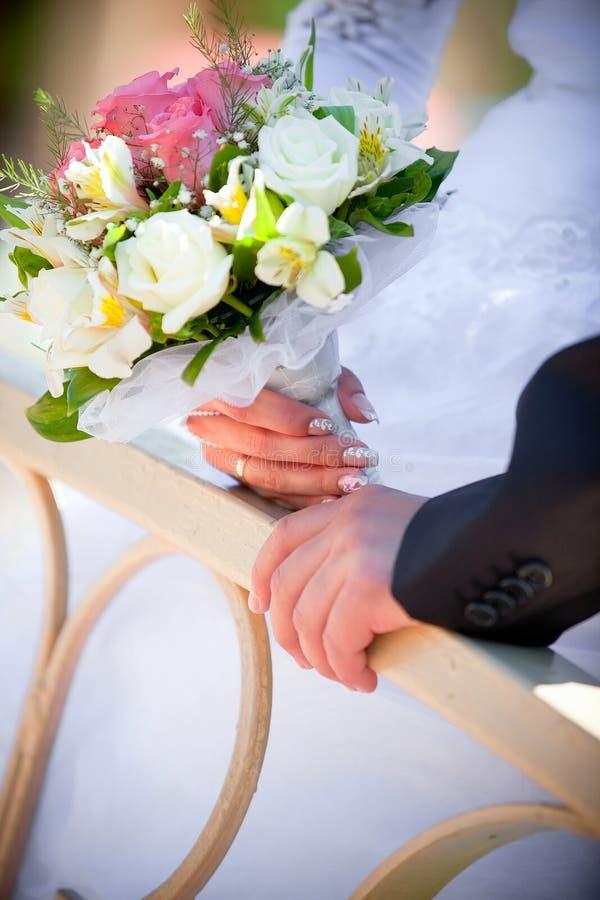 groom embraces невесты стоковая фотография rf