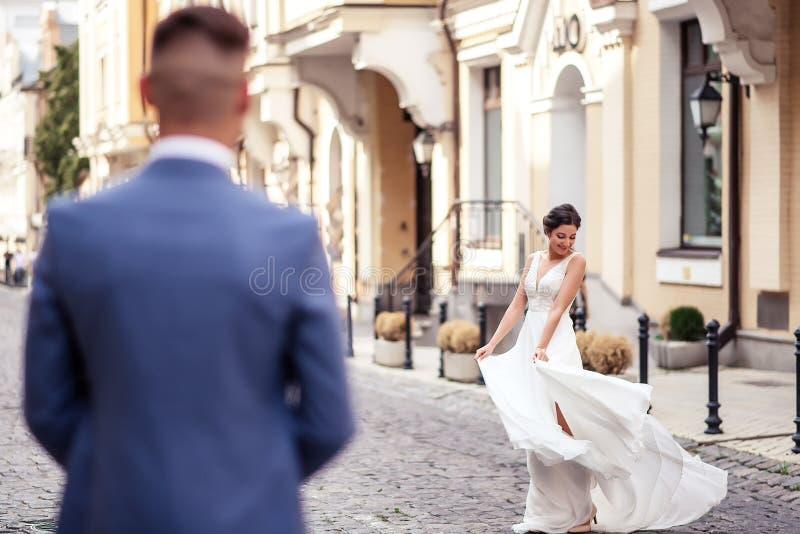Groom mira a la novia, vista desde la parte trasera del novio imagenes de archivo