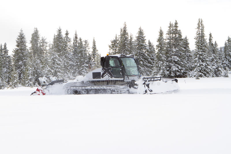 Groomer снега подготавливает маршрут по пересеченной местности лыжи, след лыжи на fre стоковые фотографии rf