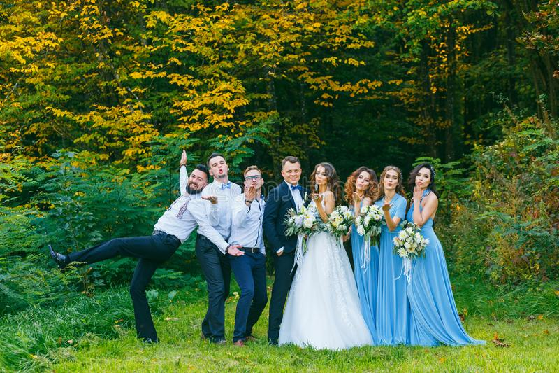 Groomsmen und Brautjungfern lizenzfreie stockbilder