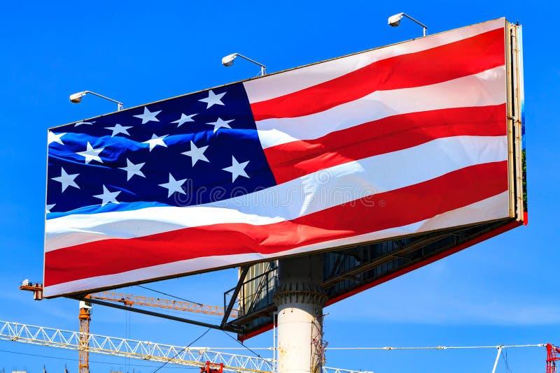 Groot aanplakbord met de Amerikaanse vlag van de V.S. stock afbeeldingen