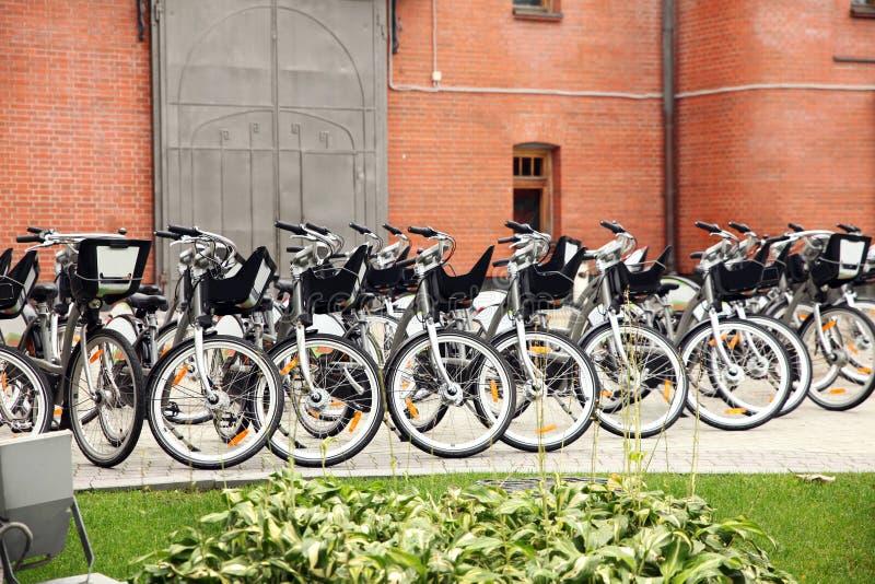 Groot aantal fietsen in het Parkeerterrein in de stad stock fotografie