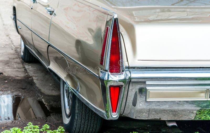 Groot achter rood eindelicht van oude of uitstekende typische Amerikaanse klassieke auto met chroom royalty-vrije stock foto's