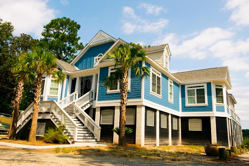 Groot Amerikaans stijl blauw blokhuis in het platteland van Carolina op zonnige dag royalty-vrije stock afbeeldingen