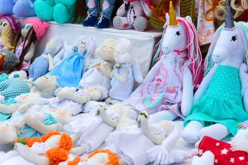 Groot assortiment van voddenpoppen Met de hand gemaakte poppen, tilden Ecospeelgoed Eerlijk - een tentoonstelling van volksvaklie stock afbeeldingen