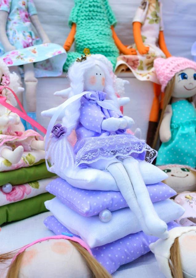 Groot assortiment van voddenpoppen Met de hand gemaakte poppen, tilden Ecospeelgoed Eerlijk - een tentoonstelling van volksvaklie stock foto's