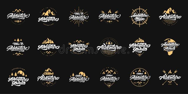 Groot Avontuur die vastgestelde emblemen met gouden illustraties van letters voorzien Uitstekende emblemen met bergen, vuren en p vector illustratie