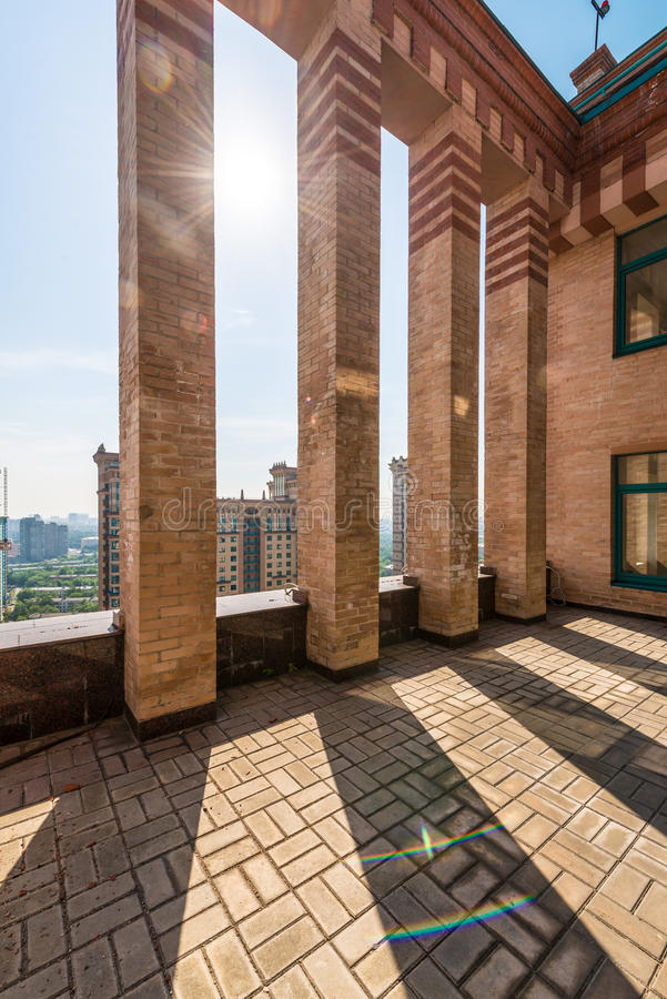 Groot balkon in de flats van de bakstenenluxe op het dak stock foto