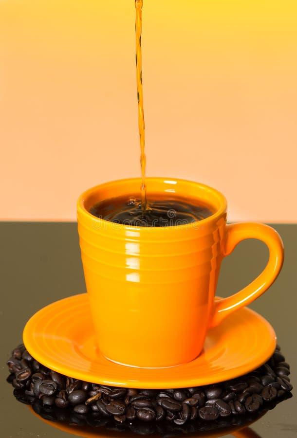 Groot beeld die stroom van koffie het gieten tonen in royalty-vrije stock afbeeldingen