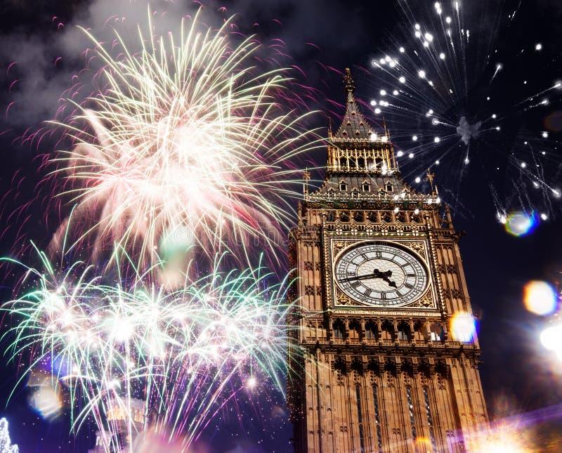 Groot ben met vuurwerk De vooravond van het nieuwe jaar stock foto