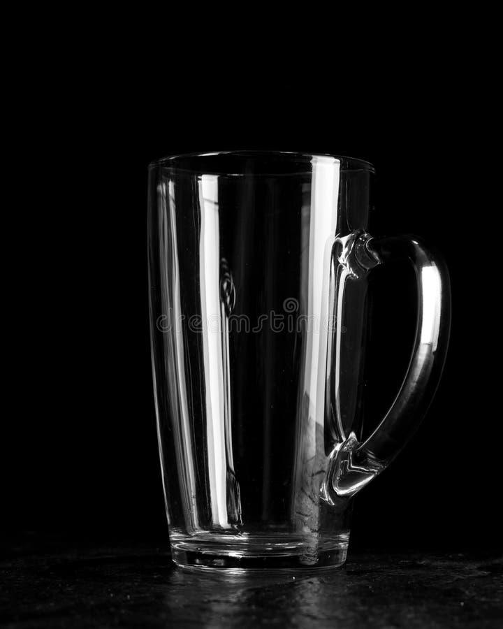 Groot bierglas met wit transparant glashandvat Donkere houten achtergrond stock fotografie