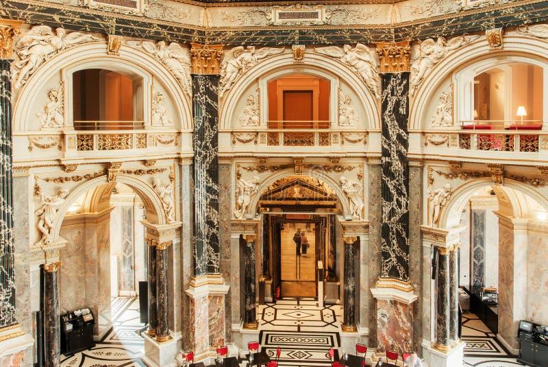 Groot binnenlands ontwerp van historisch Kunsthistorisches-Museum met kolommen en marmeren balkons stock foto's