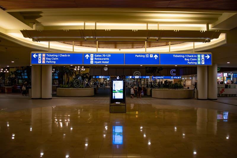 Groot blauw teken van Etikettering en het Controleren in Orlando International Airport stock afbeelding