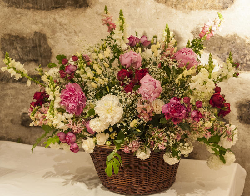 Groot boeket van bloemen met een achtergrond van de steenmuur royalty-vrije stock foto's