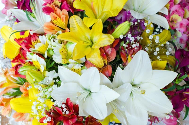 Groot boeket van verschillende bloemen Bloemen achtergrond Patroon van bloemen Partij van natuurlijke bloemen in kleurrijke samen stock fotografie