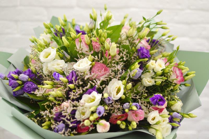 Groot boeket van wilde wilde bloemen in salon van bloemen royalty-vrije stock foto