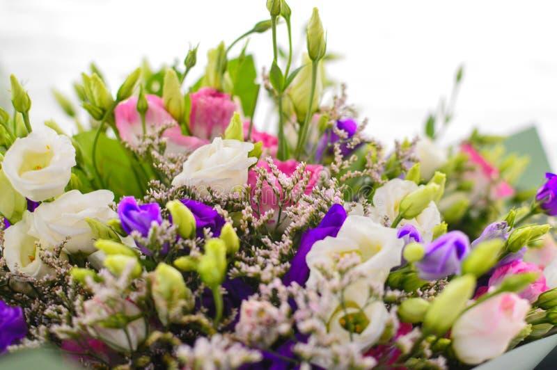 Groot boeket van wilde wilde bloemen in salon van bloemen royalty-vrije stock afbeelding
