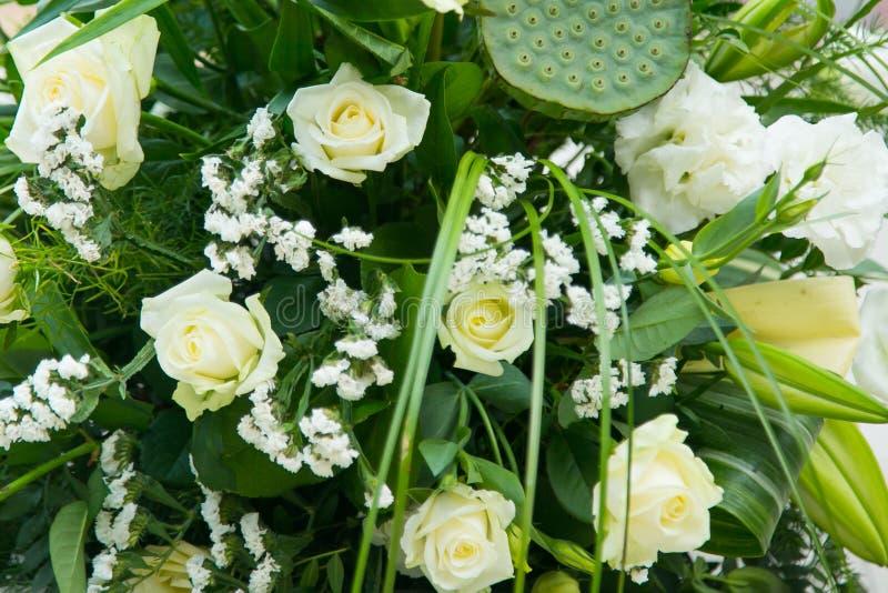 Groot boeket van witte rozen, gele gele narcissen, groen en lotuses stock foto's