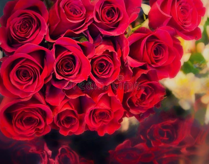 Groot bosboeket van rode rozen royalty-vrije stock foto