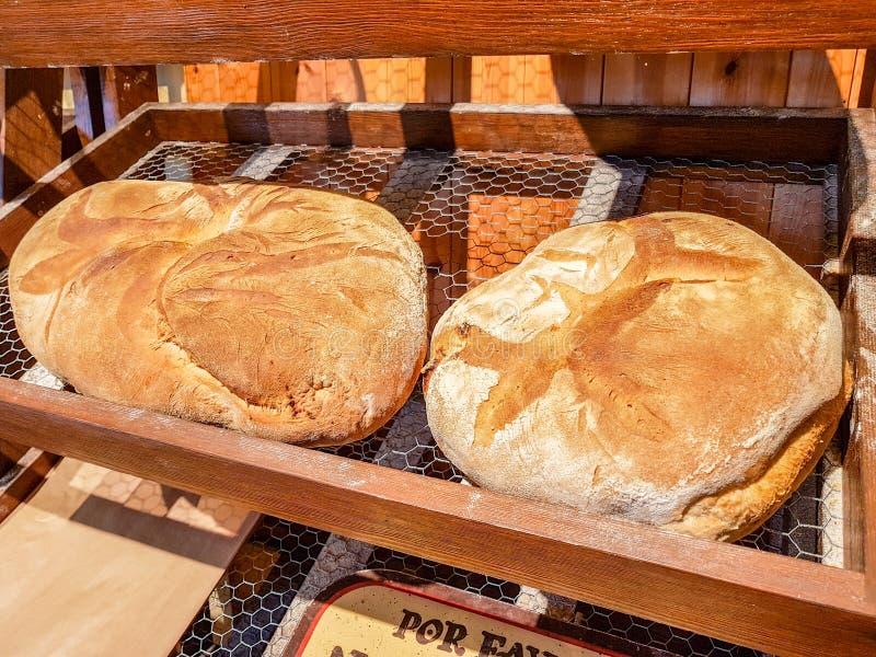 Groot brood van brood op het houten teller en metaalschaak in antieke bakkerij royalty-vrije stock foto's