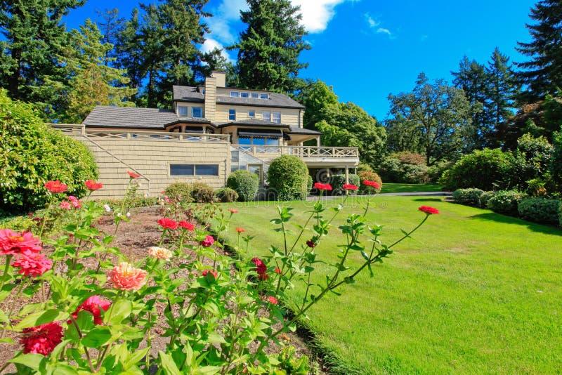 Groot bruin huis buiten met de zomertuin. stock afbeelding