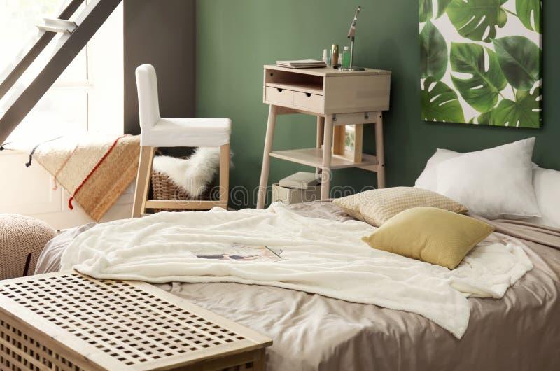 Groot comfortabel bed in modieuze binnenlands van ruimte stock foto's