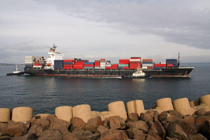 Groot containerschip dat haven ingaat royalty-vrije stock foto
