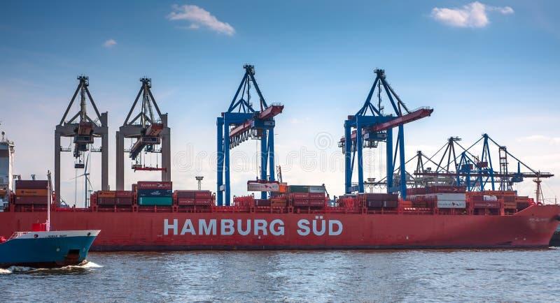 Groot containerschip en een containerterminal stock fotografie