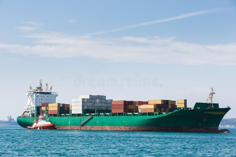 Groot containerschip met towboat royalty-vrije stock foto