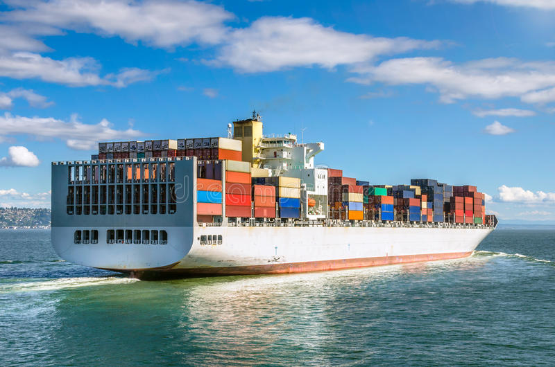 Groot Containerschip in Navigatie stock afbeelding