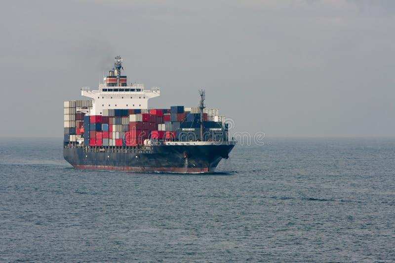 Groot containerschip op zee stock fotografie