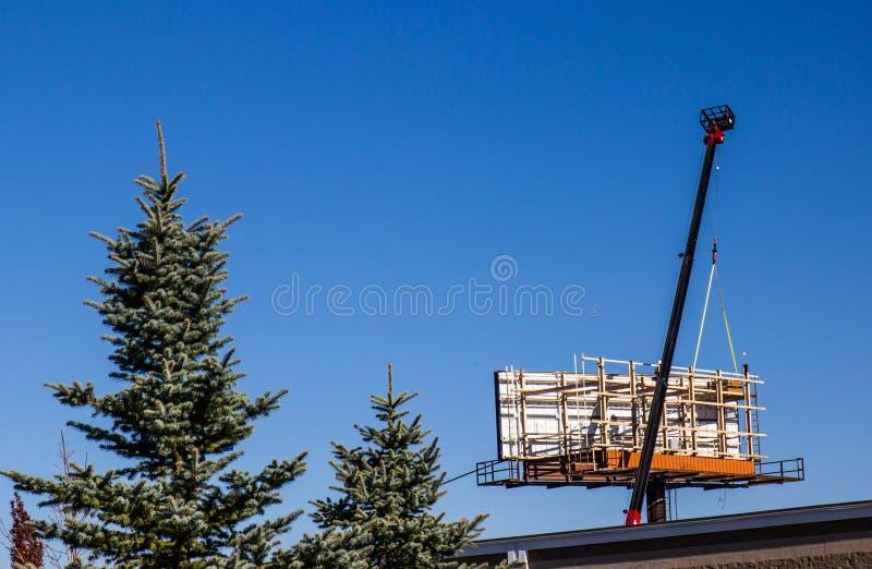 Groot Crane Installing Highway Billboard stock foto's