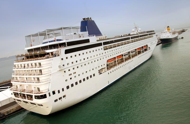 Groot cruiseschip stock foto's