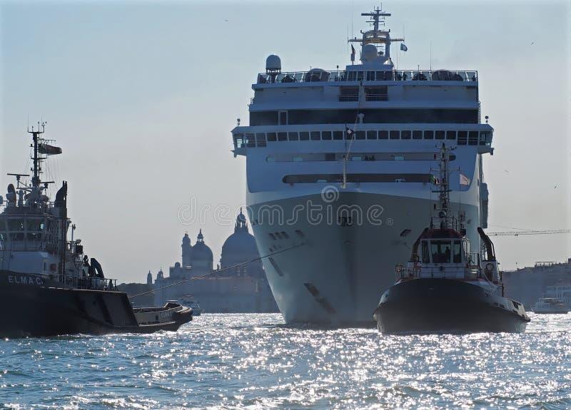 Groot cruiseschip dichtbij aan het Tekenplaats van Heilige in Venetië met rook royalty-vrije stock fotografie