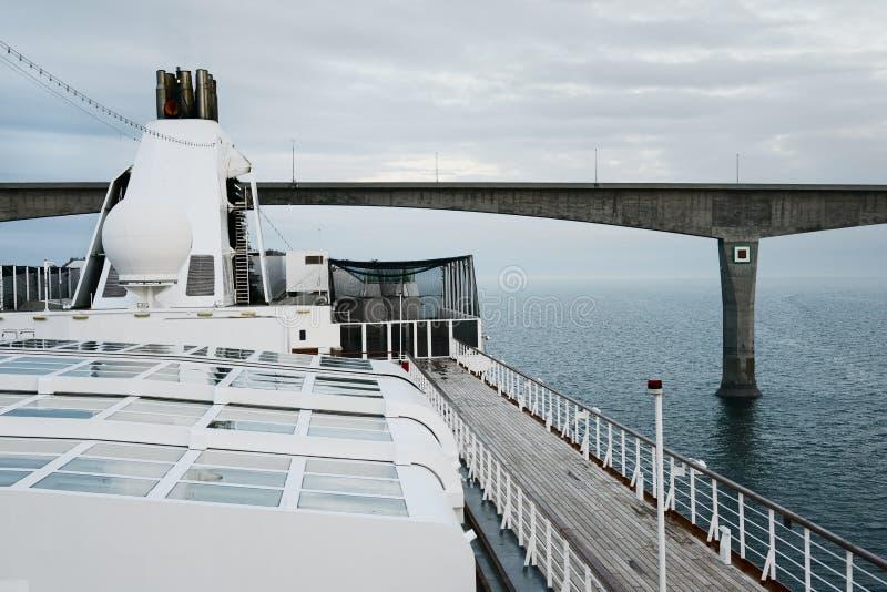Groot cruiseschip die onder de Federatiebrug overgaan, Northumberland Straat, Prins Edward Island stock foto