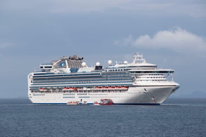Groot cruiseschip Sapphire Princess in zeewater dichtbij eiland Koh Samui, Thailand royalty-vrije stock fotografie