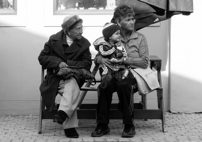 Groot - de grootmoeder, de Grootmoeder en de Kleinzoon ontspannen bij een picknicklijst in de kaap, Zuid-Afrika royalty-vrije stock foto