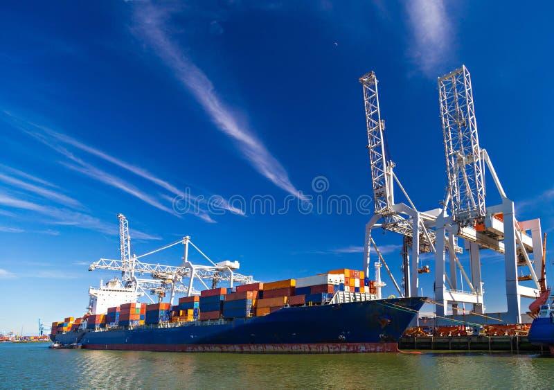 Groot die containerschip in Haven van Rotterdam wordt leeggemaakt stock foto's